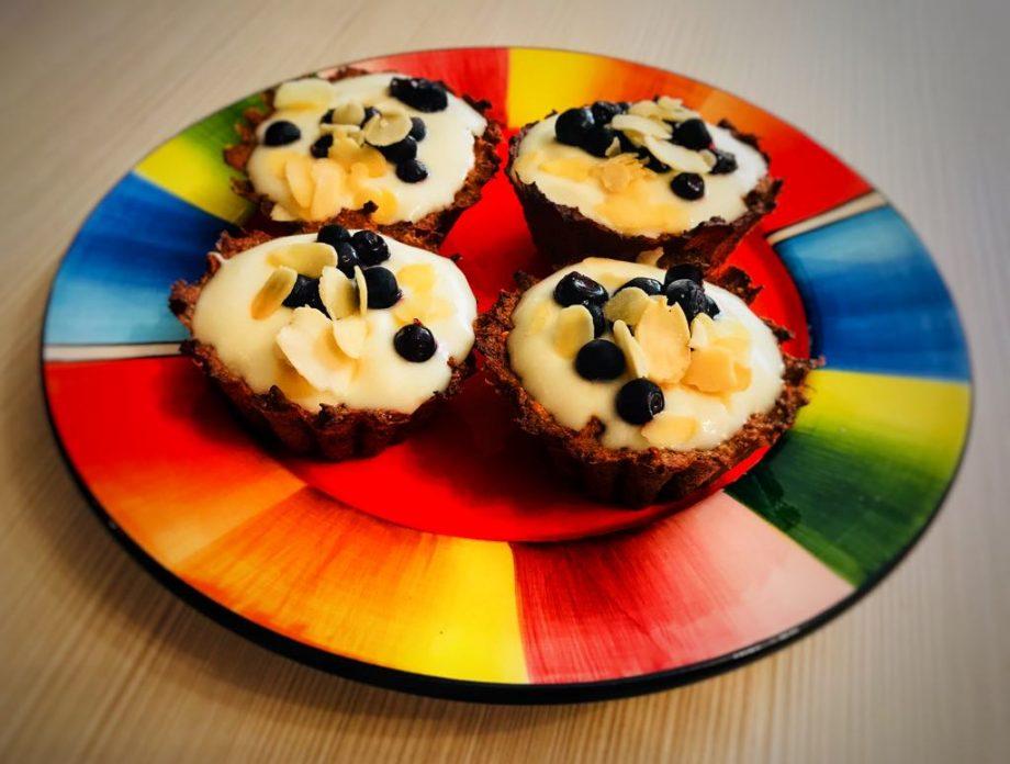 mini tarte făraă făina, cu iaurt și fructe de pădure